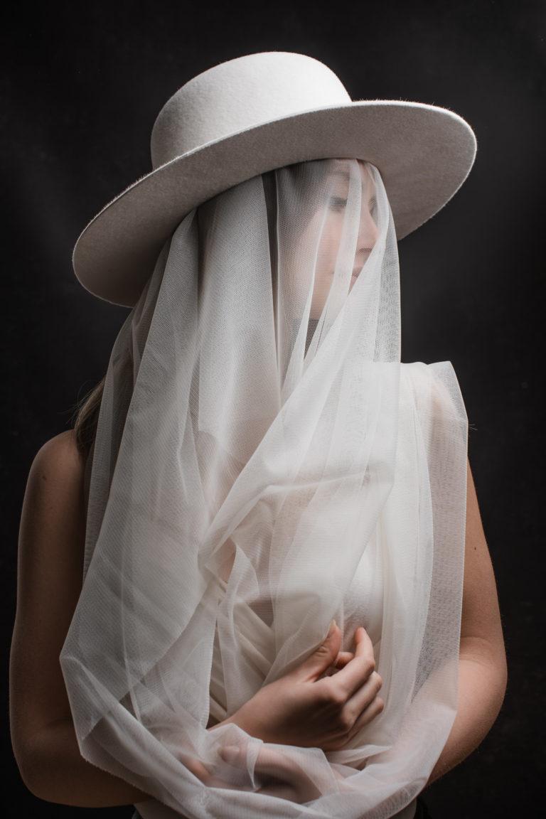 Editorial- Rotkäppchen Design- Portrait Hutmanufaktur- weißer Hut mit Schleier_1