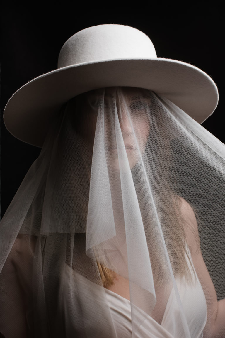 Editorial- Rotkäppchen Design- Portrait Hutmanufaktur- weißer Hut mit Schleier_Portrait Model