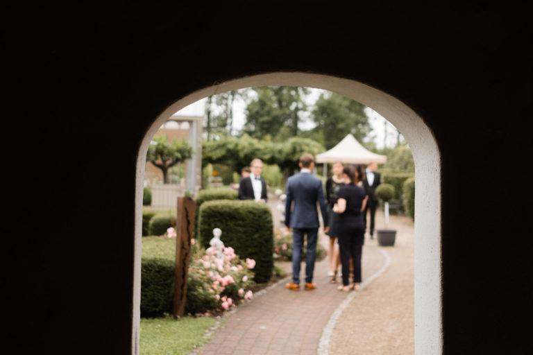 Blick durch den Türbogen auf die Hochzeitsgäste