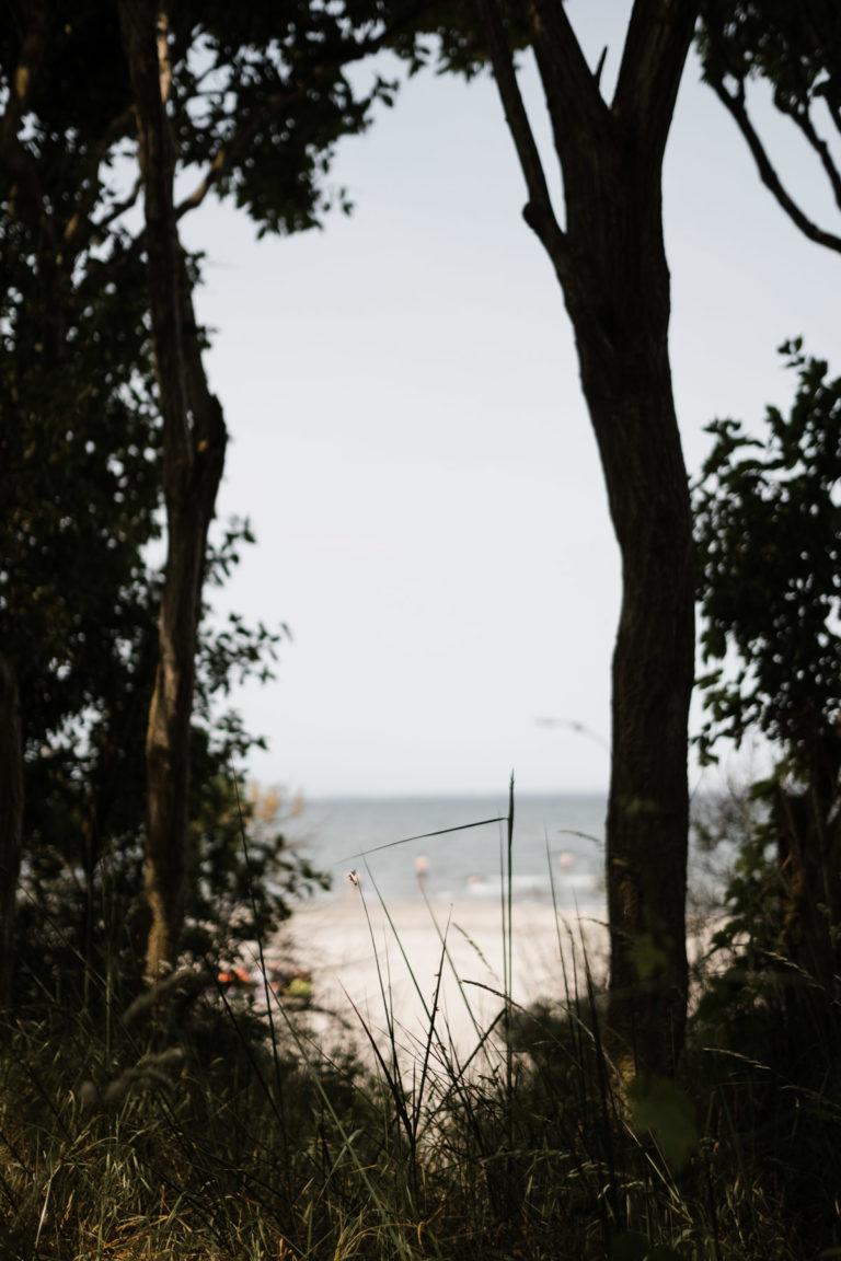 Hochzeitsfotografie-Schlossgut-Groß-Schwansee- Getting Ready Braut- Blick auf die Ostsee.