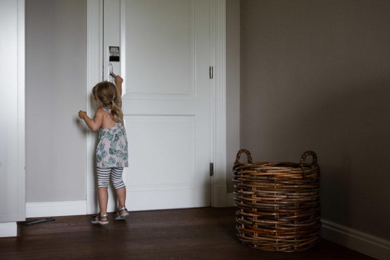 Hochzeitsfotografie-Schlossgut-Groß-Schwansee- Getting Ready Braut- Kind öffnet die Tür
