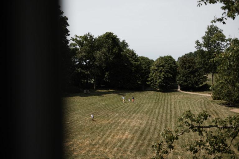 Hochzeitsfotografie-Schlossgut-Groß-Schwansee- Getting Ready Braut- Ausblick aus dem Fenster.