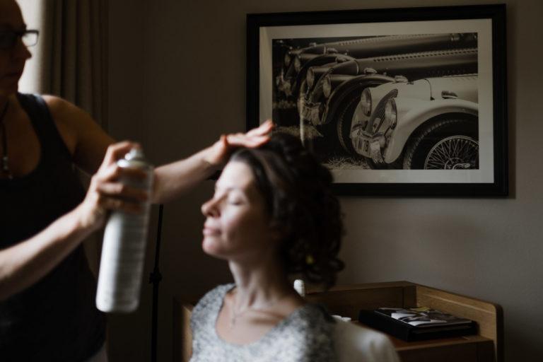 Hochzeitsfotografie-Schlossgut-Groß-Schwansee- Getting Ready Braut- Frisur.