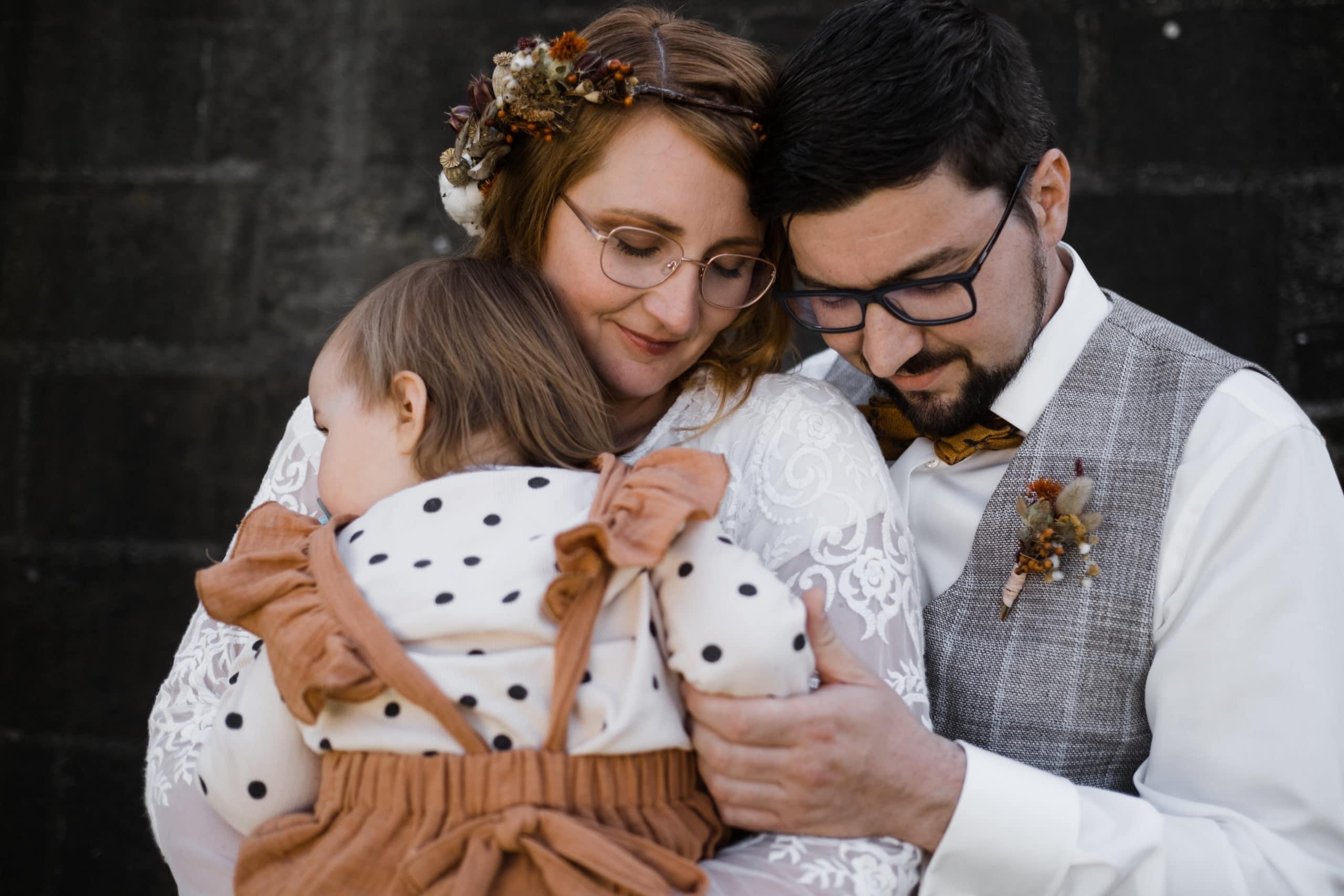 Standesamtliche Trauung Dümmer- Hochzeitsbild Hochzeitspaar mit Kind