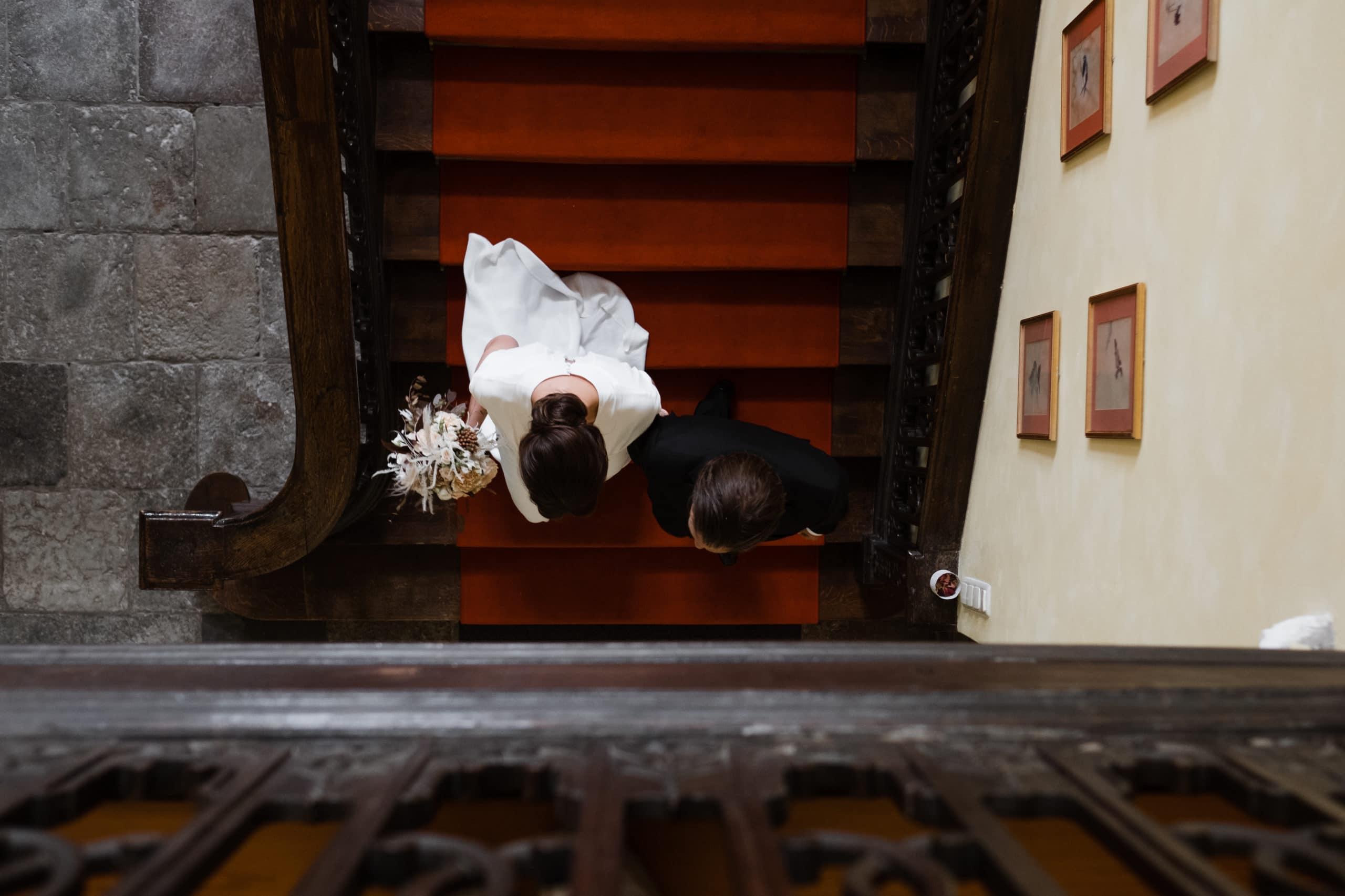 Trauung Herrenhaus Borghorst- Braut & Bräutigam schreiten die Treppe herunter