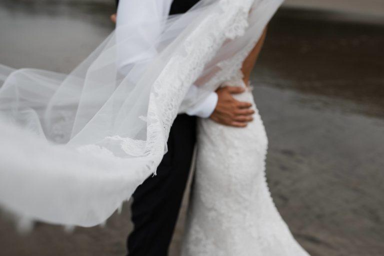 Hochzeitsfotografie Hamburg- After Wedding Session Elbstrand- Detailaufnahme Schleier.