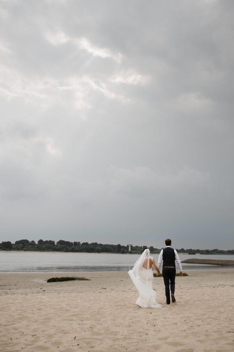 Hochzeitsfotografie Hamburg- After Wedding Session Elbstrand- Hochzeitspaar auf dem Weg zur Elbe. 2