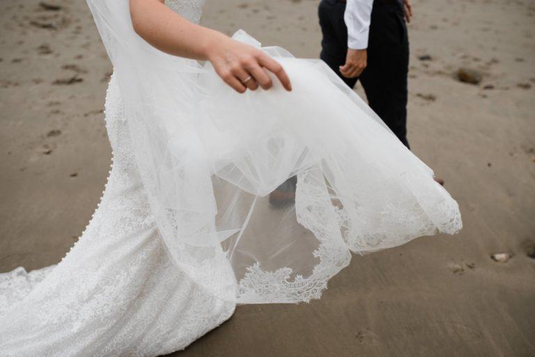Hochzeitsfotografie Hamburg- After Wedding Session Elbstrand- Detailaufnahme Knopfleiste Brautkleid.