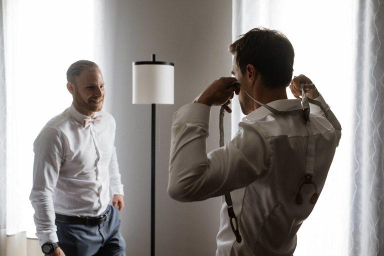Hochzeitsfotografie Kieler Kaufmann- Getting Ready Bräutigam- Anlegen der Hosenträger.