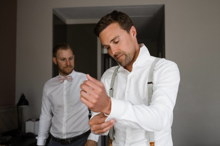 Hochzeitsfotografie Kieler Kaufmann- Getting Ready Bräutigam- Anlegen der Manschettenknöpfe.