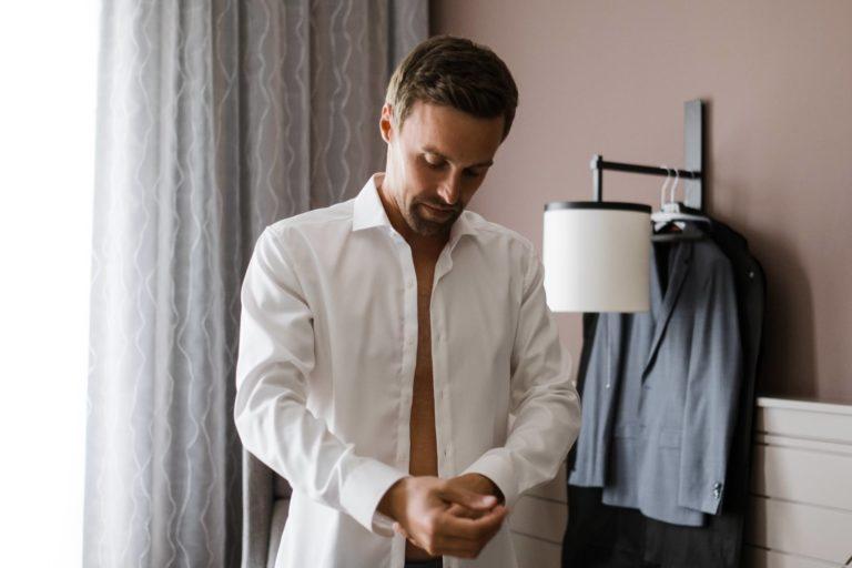 Hochzeitsfotografie Kieler Kaufmann- Getting Ready Bräutigam- Anziehe des Hemdes.