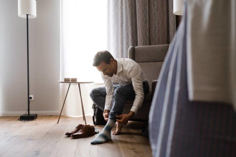 Hochzeitsfotografie Kieler Kaufmann- Getting Ready Bräutigam- Anziehen der Schuhe