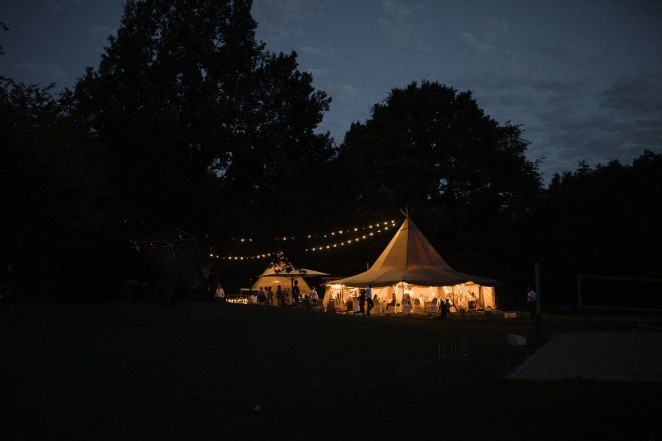 Hochzeitsfotografie Seehotel Töpferhaus- Dinner- Partyzelt in Festbeleuchtung.