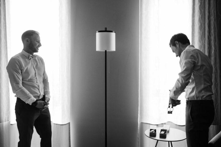 Hochzeitsfotografie Kieler Kaufmann- Getting Ready Bräutigam- Bild Mit Trauzeugen.
