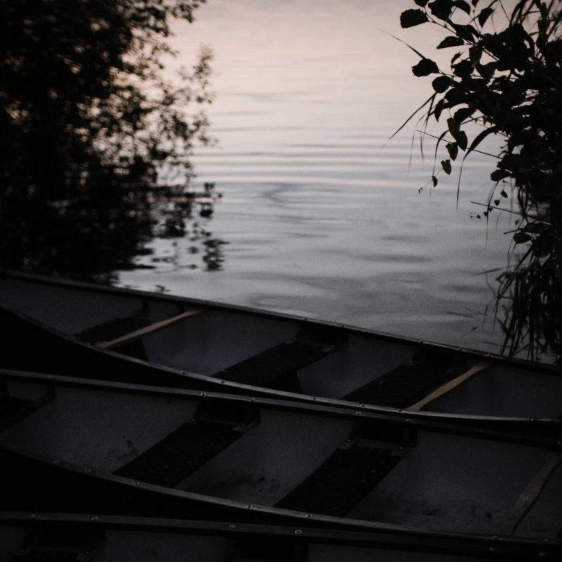 Hochzeitsfotografie Seehotel Töpferhaus- Dinner- Ruderboote in der Dämmerung.