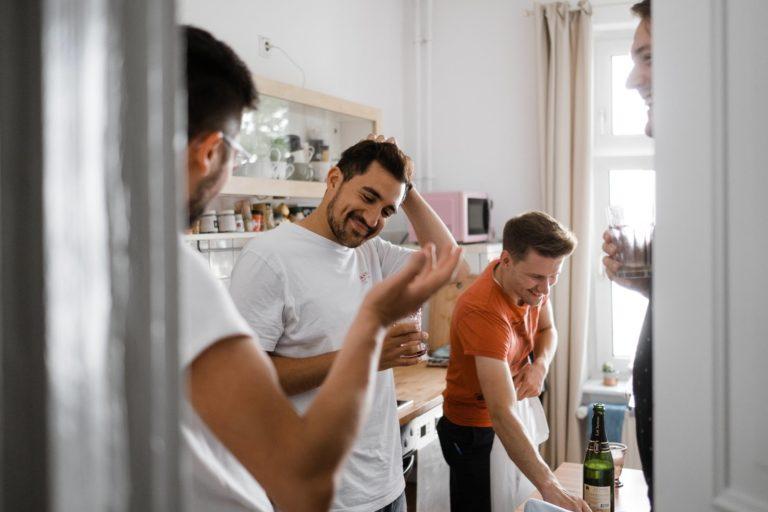 Getting Ready zu Hause- Bräutigam umringt von seinen Jungs