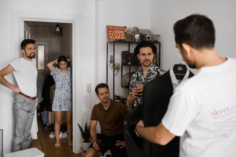 Getting Ready zu Hause- Begutachtung des Hochzeits Outfits