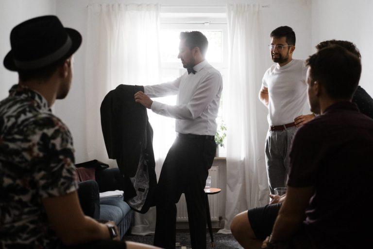 Getting Ready zu Hause- anziehen der Anzugsjacke