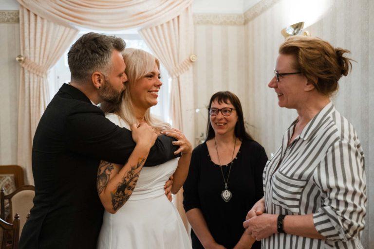 Standesamtliche Hochzeit in Bergedorf. frisch verheiratet