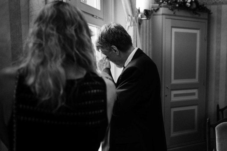 Standesamtliche Hochzeit in Bergedorf. Brautvater trocknet die Tränen.